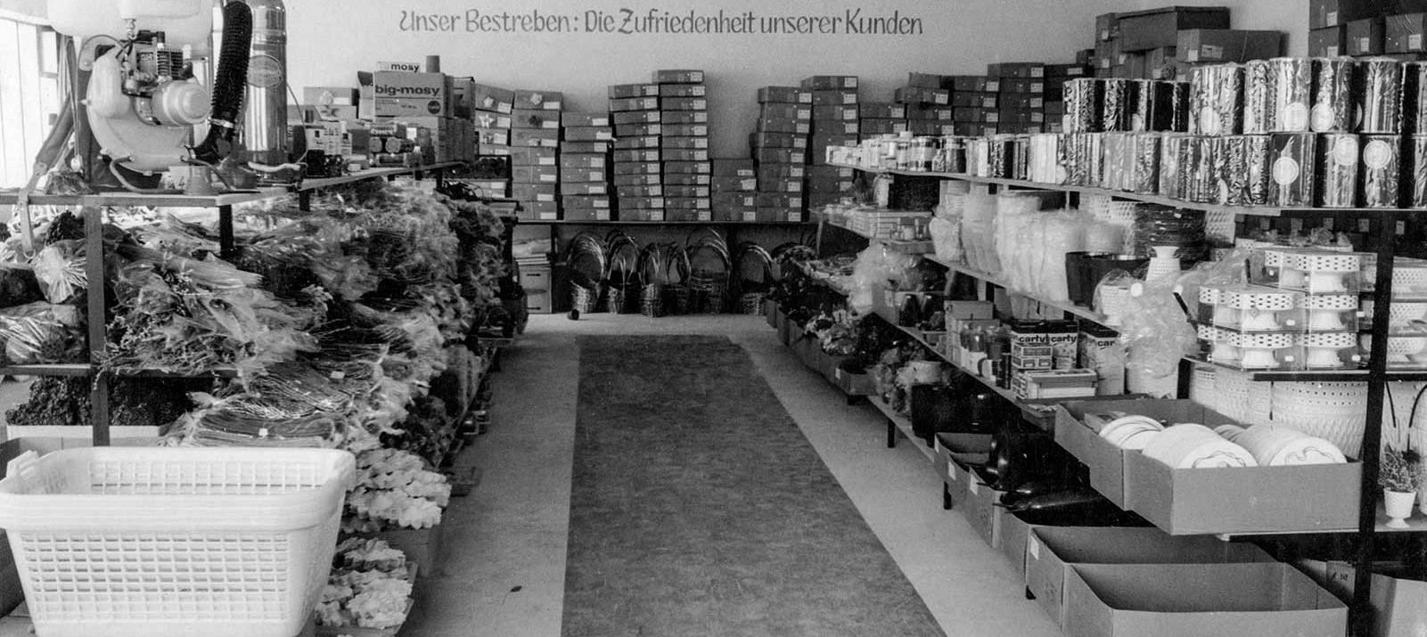 Unser Bestreben: Die Zufriedenheit unserer Kunden. Motto des Selbedienungsgroßhandels für Floristenbedarf Mathias Schmidt GmbH in Triftern. Foto von 1968.