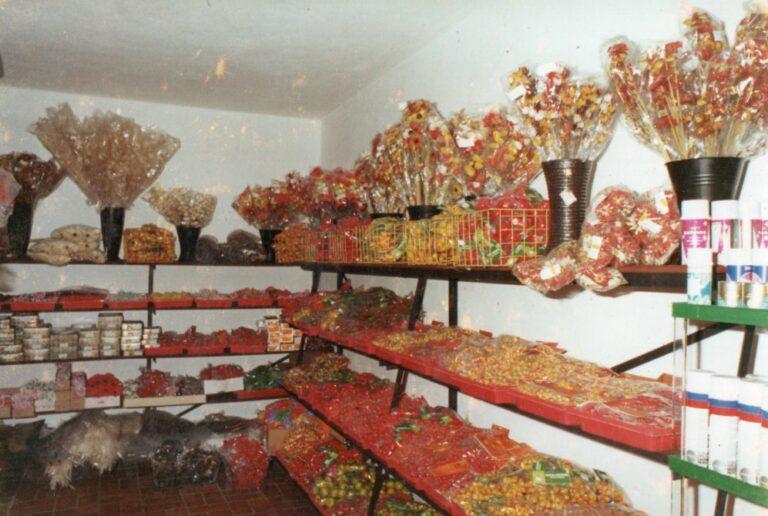 Modernisierung der Verkaufsräume im Jahre 1978, Wachs und Plastikblumen in den Regalen, Mathias Schmidt GmbH in Triftern