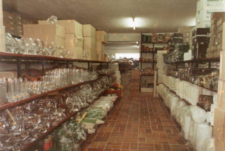 Modernisierung der Verkaufsräume im Jahre 1978, Vasen in den Regalen, Mathias Schmidt GmbH in Triftern