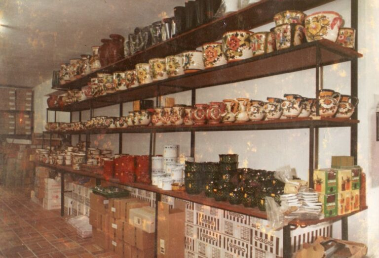 Modernisierung der Verkaufsräume im Jahre 1978, Keramik in den Regalen, Mathias Schmidt GmbH in Triftern