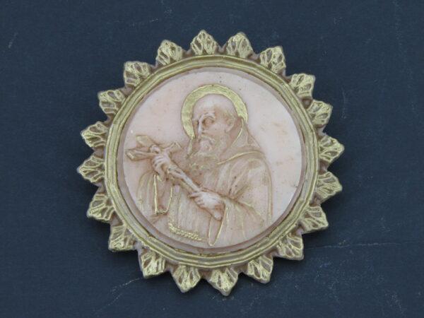 Medaillion mit Bruder Konrad und gezacktem Rand aus Wachs
